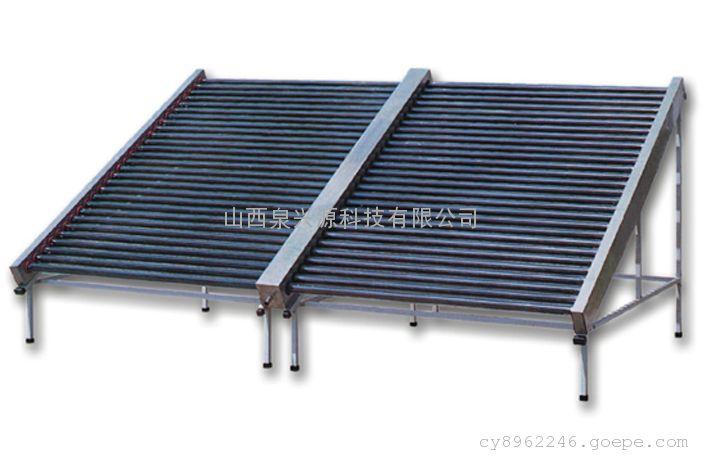 耐压太阳能集热器定义   耐压太阳能集热器一定规则排成阵列与联集管、尾架和反射器等组装成太阳能集热器;与循环管路、储水箱等组件组成分体式太阳能热水系统。 耐压太阳能集热器分类   1.按排列方式可以分为:   竖单排(真空管太阳能热管竖直排列)、横单排(真空管太阳能热管水平排列)和横双排三类。   2.