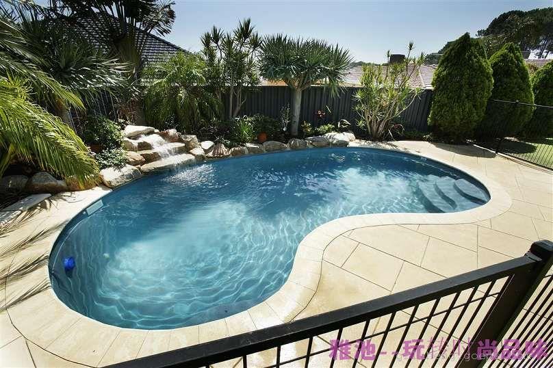 新一代的游泳池,在传统的土建游泳池上进行了一个创新 第一:从传统的土建、贴瓷砖;改成一个模,大大减小了以前土建 的时间,现在只需一个星期,七天的时间。 第二:传统的土建游泳池出现了各种各样的问题:某些采用传统的 土建游泳池,游泳池在建完不久的时候便出现了漏水、瓷砖破裂、 胶膜脱落等现象;经过多年的研究现在我们公司全新推出 优雅、 高尚、豪华的一体化泳池的设计;让你泳无止境