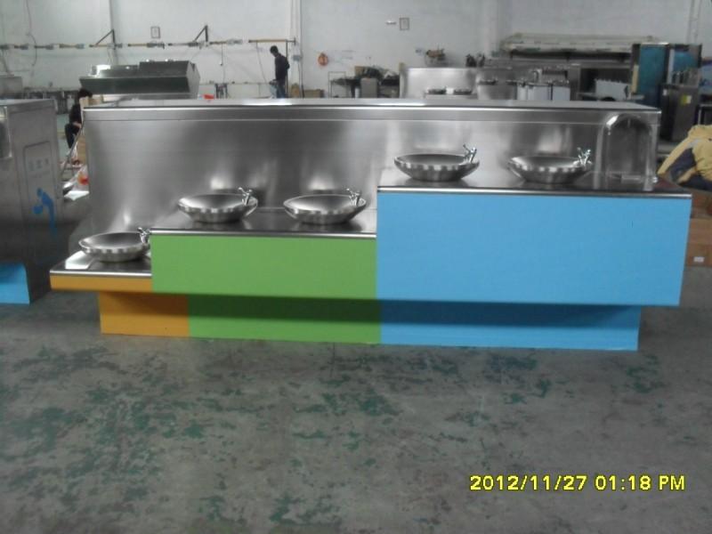蓝球场公共饮水台采用喷水龙头的设计,不占用位置图片