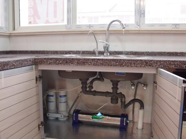 一、蒙派克厨房净水器安装方法: 1、根据家庭水管结构不同,可在厨房内选一处管道可拆卸的位置 ( 一般选择管道与水龙头软管连接处 ),关掉主管道进水阀门,拆开管道与水龙头软管连接处的软管。 2、选好位置把净水器安装好后,用软管把自来水的出水管端和净水器的进水口连接起来。 3、再用软管把净水器的出水口和原来的龙头连接起来,(也可以在净水器的净水出口以后的管道上加上三通,把净水分为几组使用,比如:分开的净水可以接到一台或几台饮水机使用)所有安装口必须缠上生料密封带确保安全。 4、选一个位置,把净水龙头固定好,可