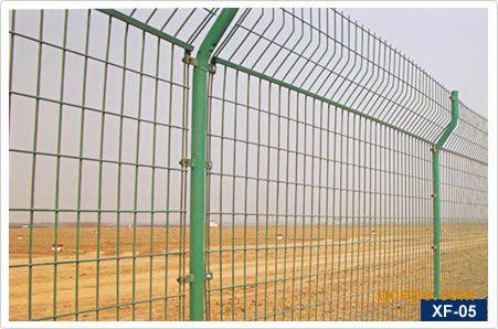 8mm   双边丝护栏网的立柱规格是:48圆管高度是2.1米.
