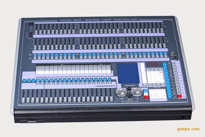 技术参数 U盘输灯库 DMX512/1990标准,2048个DMX控制通道 四个光电隔离独立驱动信号输出端口。可抗2000Vrms电气 冲击。独立电源独立信号。可以控制40通道***多 240台电脑灯和120路调光 320×240大屏幕显示所有操作和变化及输出,通道软分配。 可以存储300个程序,旋钮有不同的时间可调。X/Y控制自 然顺滑。现场可以拷贝通道项目清单。独立系统锁功能,有 效防止误操作内置世界知名灯库使用更方便。机内固化多种 特效程序,有效支持现场变换特效。USB存储器,可以有效