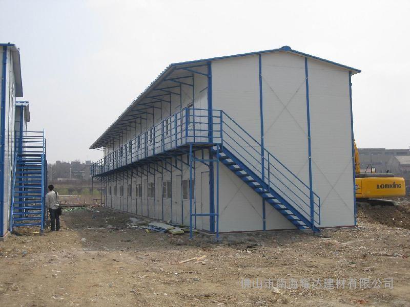 房屋采用結構防水設計,不需另做任何防水處理; 使用壽命長: 輕鋼結構