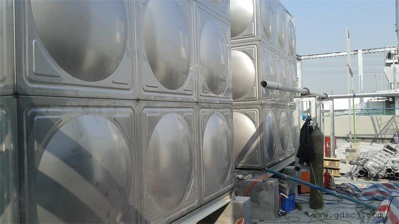 水箱安装必须符合《供水设施卫生管理规范》的要求,水箱顶部距屋顶80