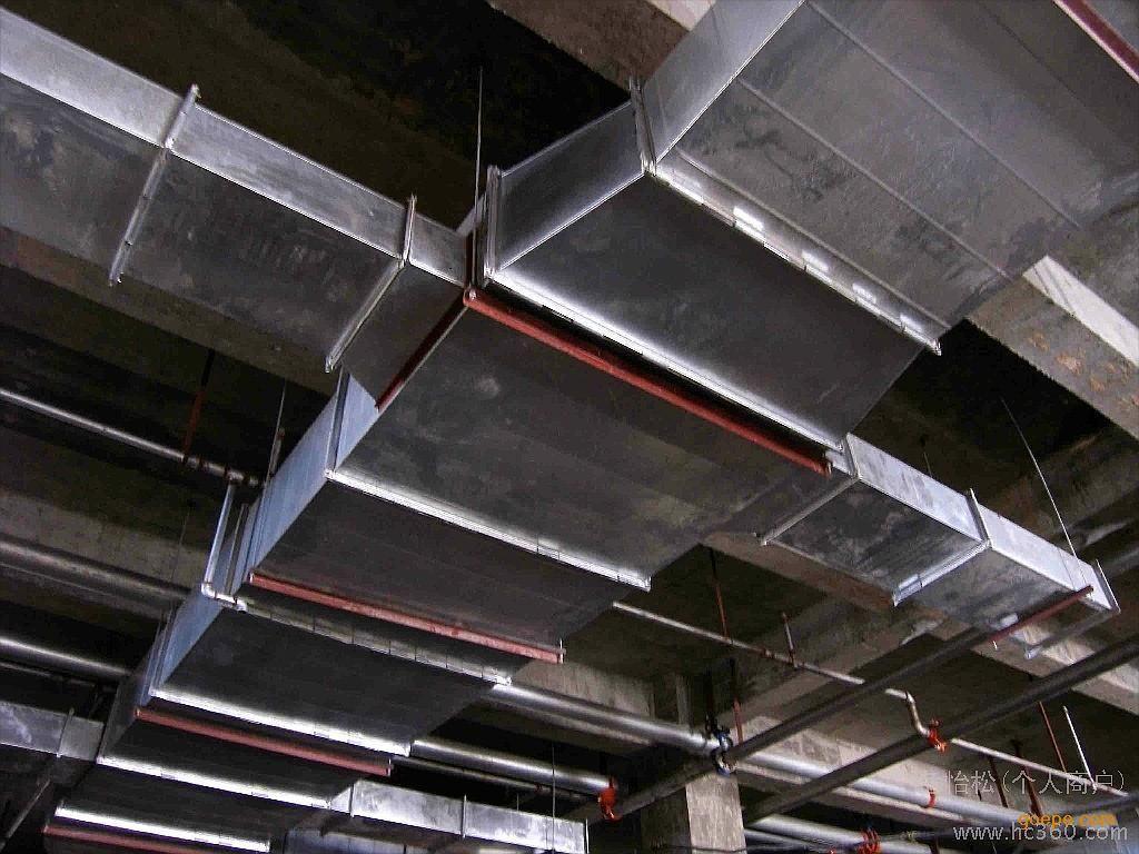 计算确定,笔者在实际工程设计中发现,如果按一个防排烟分区设计虽然系统的排风与排烟量基本吻合,但风管太大,会增加投资,没有充分体现采用无风管诱导通风系统风管截面积大幅度减少的优点,因此笔者建议依据《高层民用建筑设计防火规范》GB50045-95中5.1.6的规定,每个防烟分区建筑面积不宜超过500,排风与排烟分别采用不同的风机,以使风管的截面积大幅度减少。从而降低地下停车场的投资。 重庆消防排烟风管安装,地下室风管安装,共板法兰风管加工制作   由于火灾时烟气较轻,排烟口一般设置在顶棚或靠近顶棚的墙上。传统