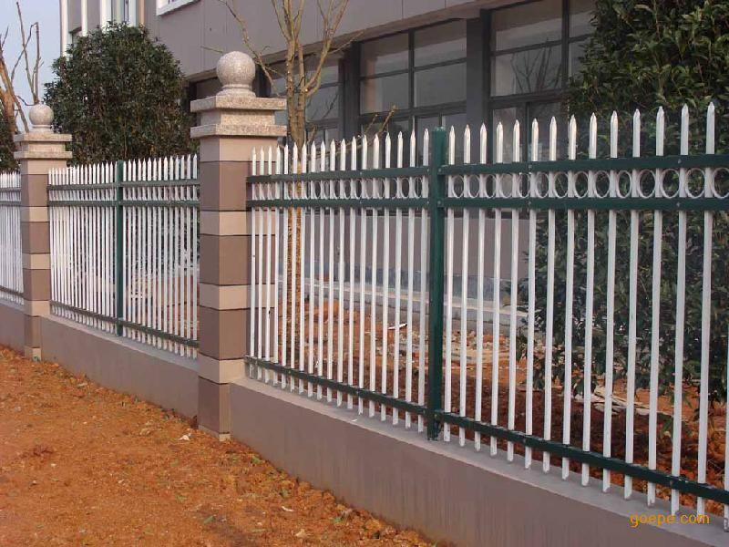 锌钢护栏是采用锌合金材料制作的用于不同部位、具备不同功能性的围护栏杆,由于其后期是用静电喷涂处理表面层,使具有高强度、高硬度、外观精美、色泽鲜艳等优点,成为住宅小区、工厂院校、道路交通等使用的主流产品。传统的护栏使用铁条材料,需要借助电焊等工艺技术,而且质地较软、容易生锈、色彩单一。锌钢阳台护栏完美地解决了传统护栏的缺点,而且价格适中,成为传统各式护栏材料的替代产品。锌钢护栏采用无焊穿插组合方式进行拼装(也有工艺需要局部焊接,但要在喷涂前做补锌处理),基材厚度是不锈钢的2-3倍,500多种颜色可供选择,表