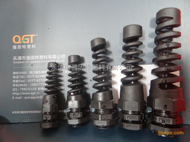 带尾巴防水电缆接头,pg7灰白防折弯电缆接头/强固特塑料 产品材质:UL认可的尼龙PA66 94V-2,丁腈橡胶。 螺纹规格:公制(Metric)、德制(PG)、英制(G)、美制(NPT)、管制(MG)另有PG,M型号加长型,及一种规格两种电缆适用范围。 产品构造:螺帽,本体,夹紧套,六角螺母垫片,防水垫片按客户要求提供 工作温度:静态-40°C至100°C,瞬时耐热至120°C,动态-20°C至80°C,瞬时耐热至100°C。 产品特性:特殊的夹紧爪与橡胶