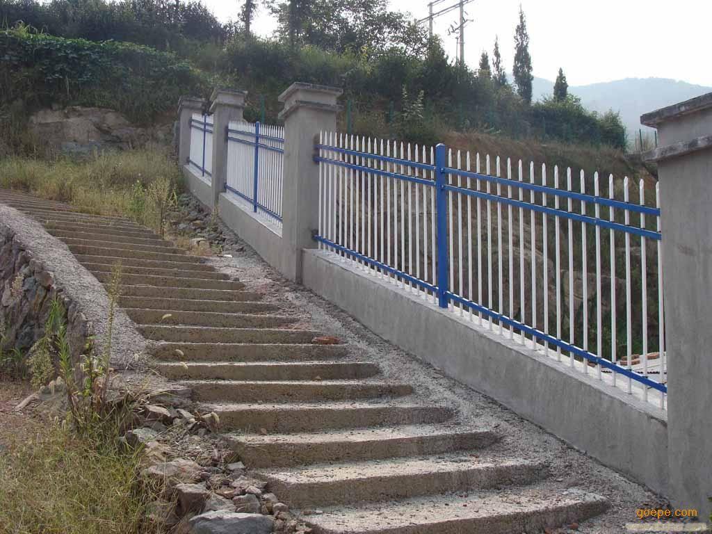 """欧式铁艺围栏(Palisade)在国内也许不知道,而在国外早已被人们所熟知,又称之为工艺护栏网它的到来替代了过去的大砖墙和一些粗笨的护栏网,使您的生活环境简介、明快、清新。""""Palisade""""又称为"""" 安全防御焊接片"""",它施展魅力的机会源于人们对环境的追求,伴随着一个新建筑、新家庭、新装饰、新店面的诞生,欧式铁艺护栏网应用的机会就来临了,再一个就是突出它的展示性,""""Palisade"""" 本身就意味着拥有说不出的富足,拥有""""Palisade"""