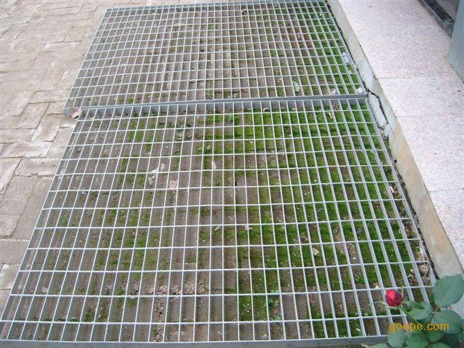 行吊平台钢格板介绍: 行吊平台钢格板是扁钢按照一定的间距和横杆(扭绞方钢、方钢、圆钢、扁钢等)进行交叉排列,并且焊接成中间带有方形格子的一种钢铁制品,钢格板主要用来做水沟盖板,钢结构平台板,钢梯的踏步板等.横杆一般采用经过扭绞的方钢.钢格板一般采用碳钢制作,外表热镀锌,可以起到防止氧化的作用。也可以采用不锈钢制作.钢格板具有通风,采光,散热,防滑,防爆等性能。 钢格板的制作方法:钢格板是由负荷扁钢和横杆按一定间距经纬排列,焊接成原板,经切割,开孔,包边等工序加工成客户要求的产品。 钢格板受荷扁钢间距:两相