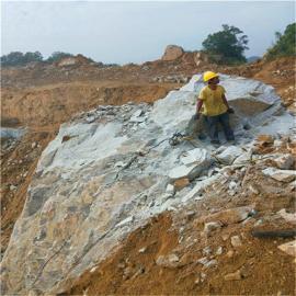 采石场炮锤打效率低费用高 愚公斧岩石劈裂机成本低产量高