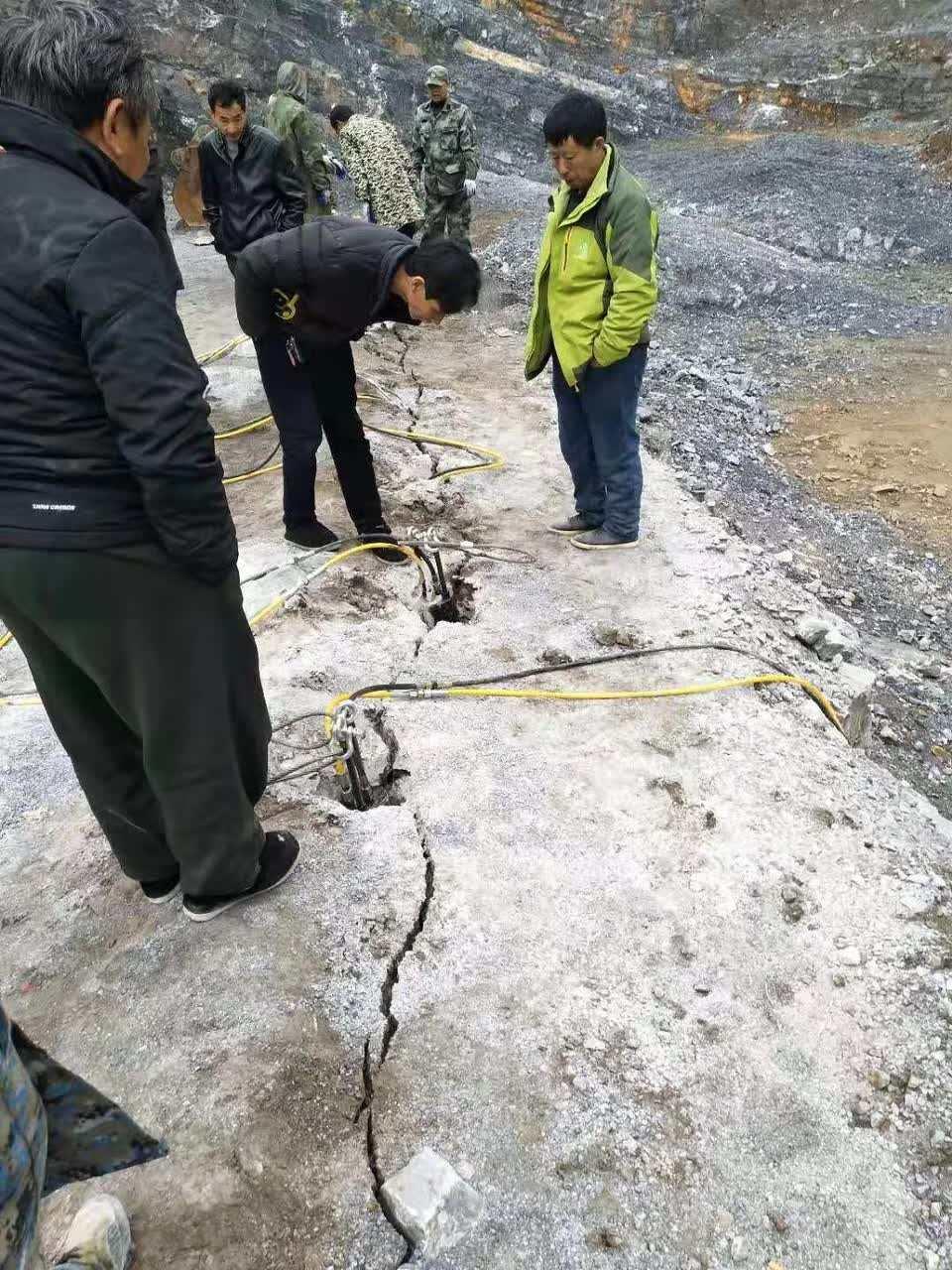 房地�a挖地基�o�B破石�^�C器�r石劈裂�C 液�号�裂棒