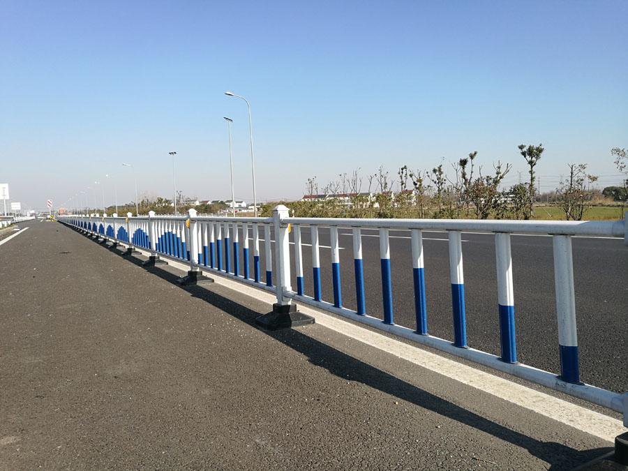 丙烯酸聚氨酯漆 森塔化工讲述护栏常用的防腐涂装配套