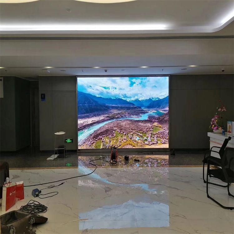 �Z�S鑫大�d背景��LED�子屏小�g距P1.86造�r